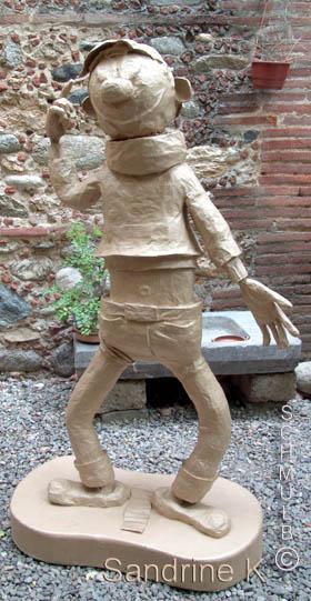 le personnage sculpt 233 en p 226 te gaufr 233 e de papier journal